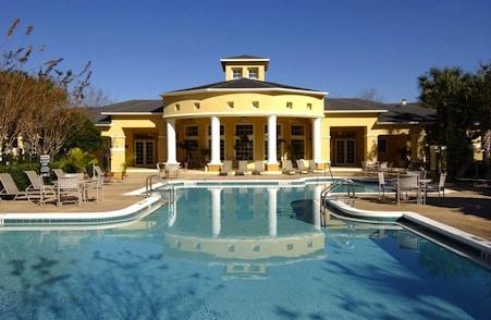 piscine commune aux résidents de cette propriété de condos en Floride