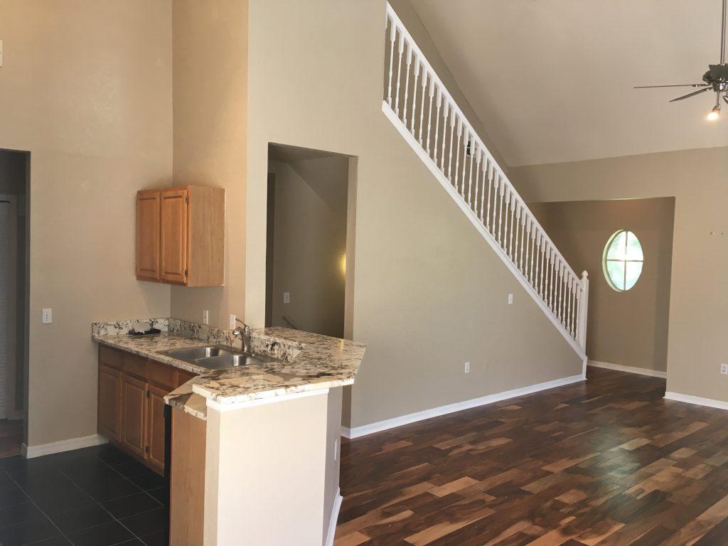 intérieur refait à neuf d'un condo avec parquet et marbre