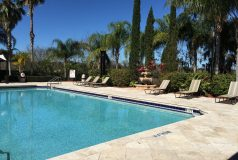 piscine avec vue sur le lac d'une résidence d'appartements en Floride