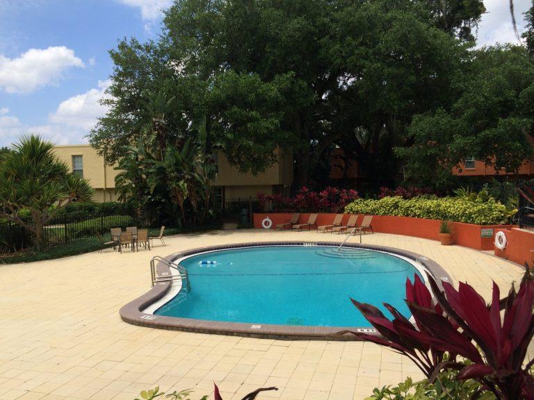 vue de la piscine et du lac dans la résidence de condo costa brava