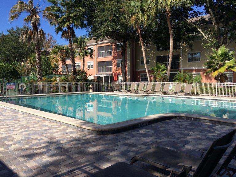 piscine d'une résidence d'appartements à vendre en Floride