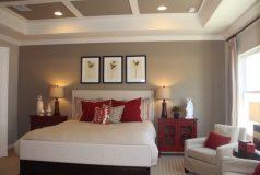 jolie chambre dans les tons rouge et blanc dans une maison de ville