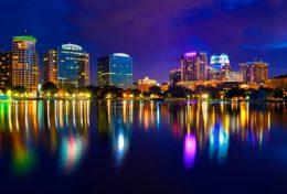 Le lac Eola dans le centre ville d'Orlando la nuit