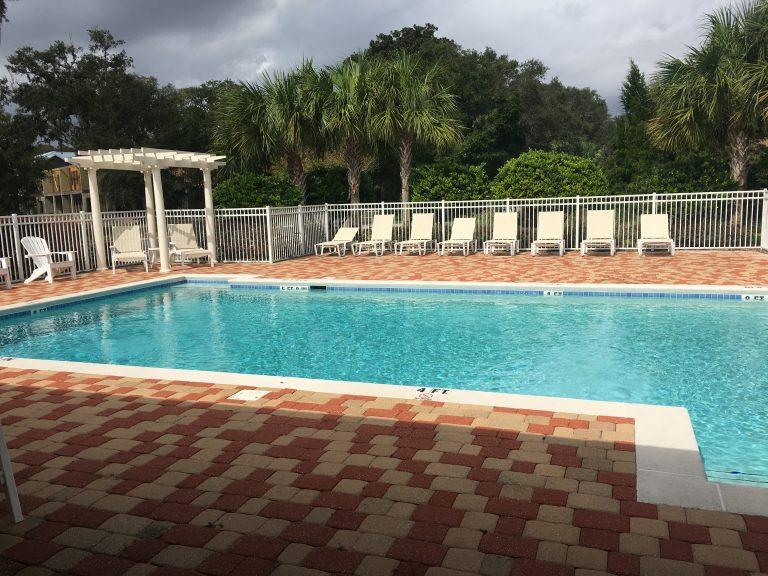 Voici la piscine privée d'une résidence d'appartements