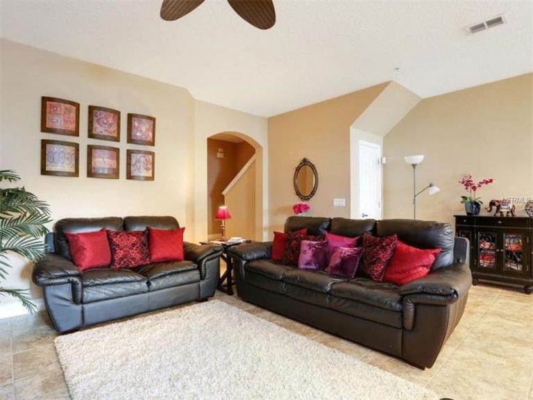 salon spacieux avec grands canapés