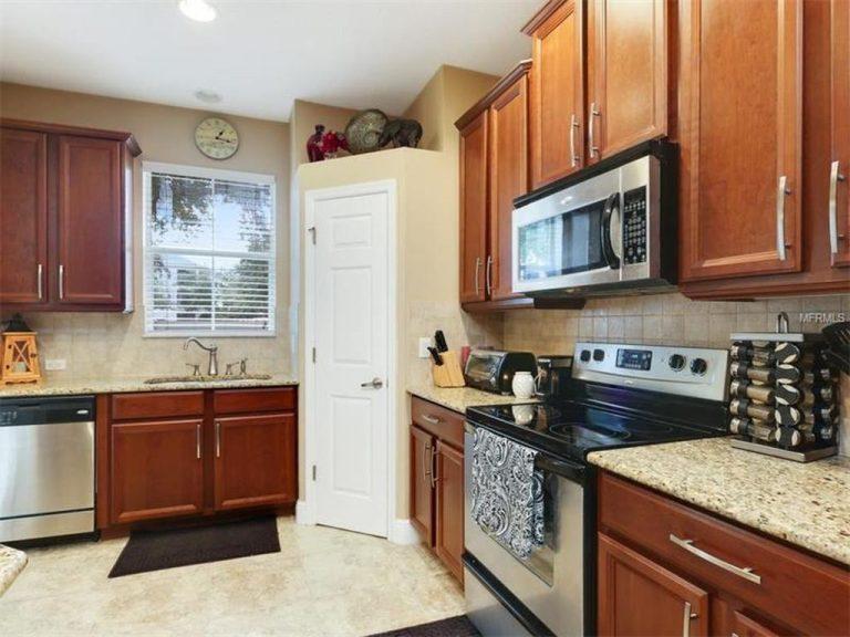 cuisine équipée avec four, hotte et frigo