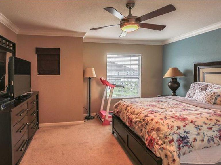 chambre parentale avec un lit king size