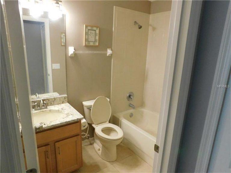 petite salle de bain avec plan de travail en marbre