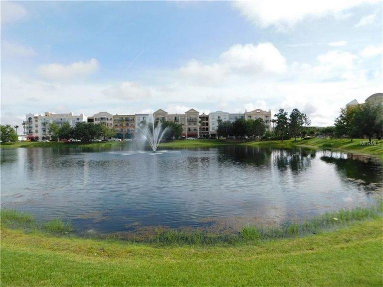 Lac d'une résidence d'appartements et de maison de ville
