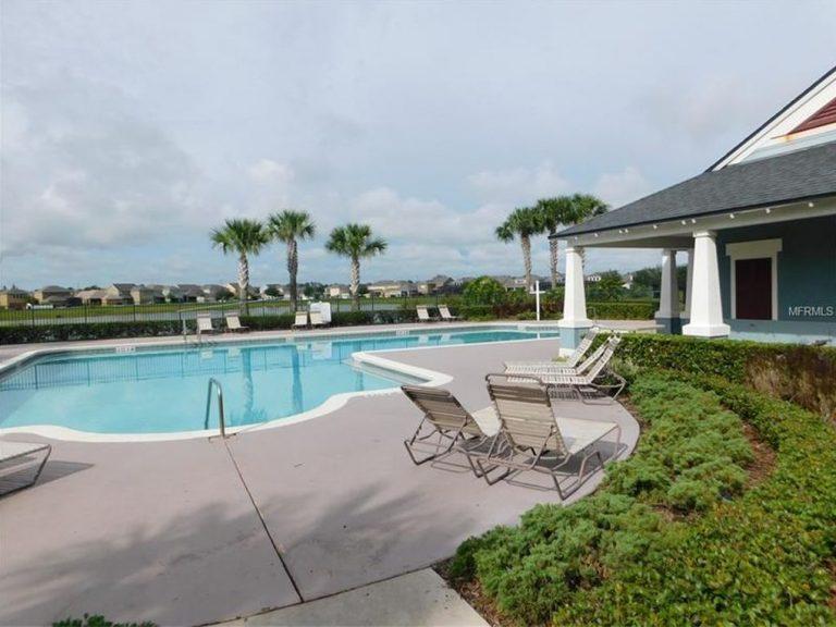 voici la piscine d'une résidence d'appartements et de maisons de ville