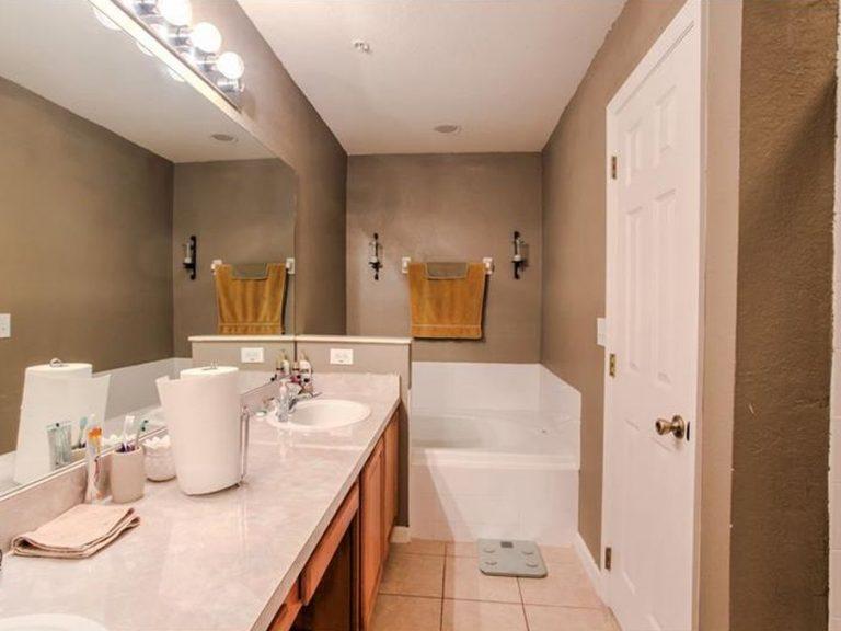 salle de bain en marbre blanc d'une maison de ville