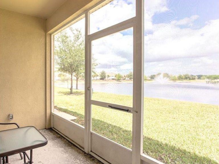 patio avec vue sur le jardin et le lac