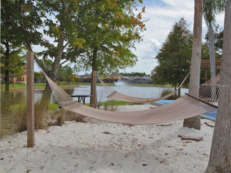 des hamacs disposés à coté d'un lac privé