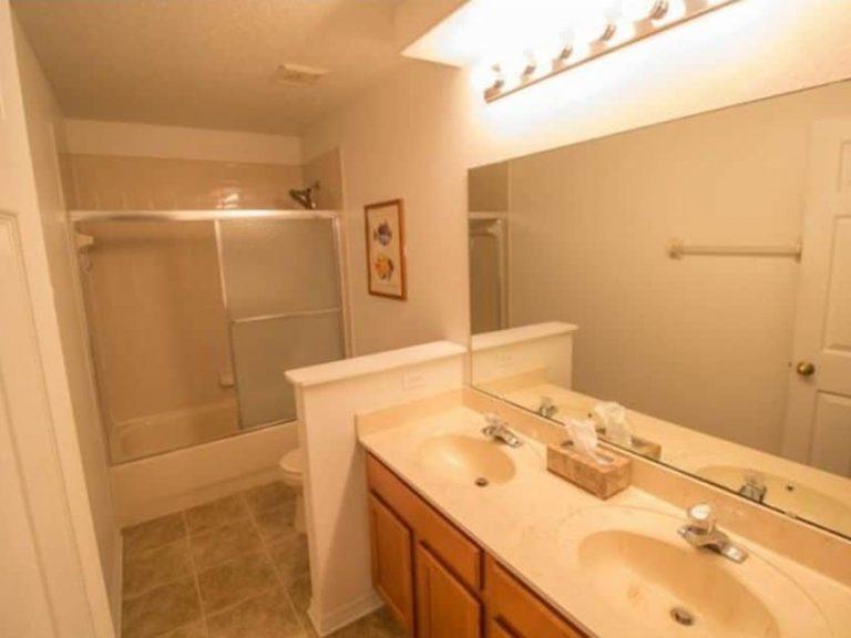 salle de bain avec deux vasques