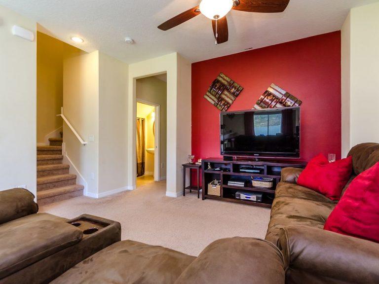 vue depuis le salon avec l'escalier qui mène à l'étage