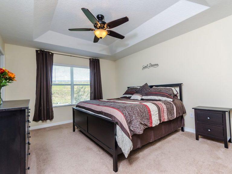 chambre spacieuse avec un lit king size