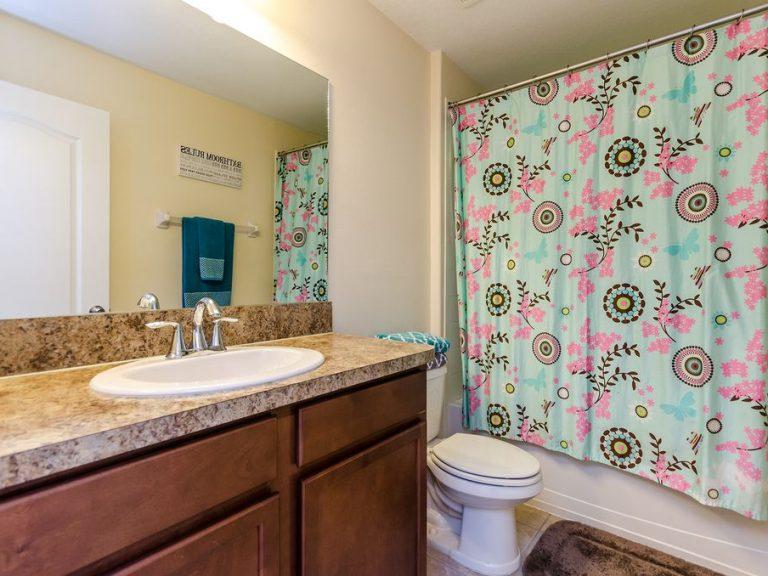 salle de bain avec marbre