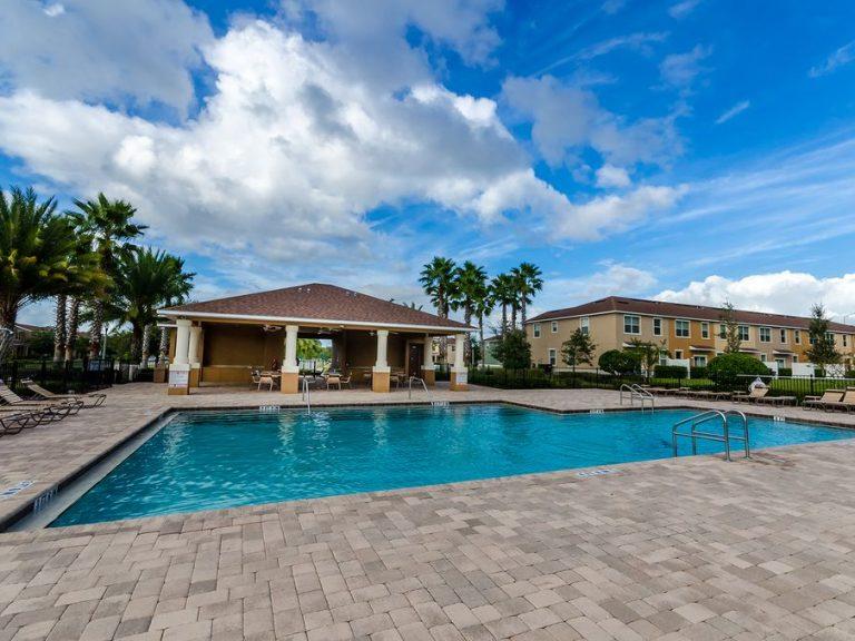 piscine privée réservée aux locataires et propriétaires