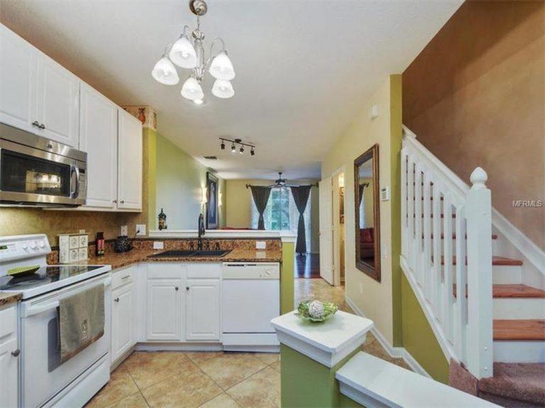 cuisine équipée et l'escalier qui mène à l'étage