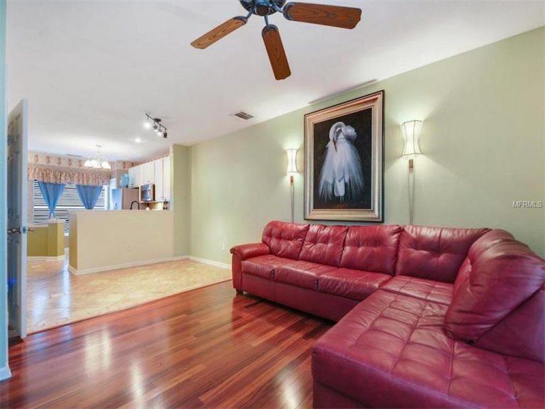 salon avec canapé d'angle en cuir