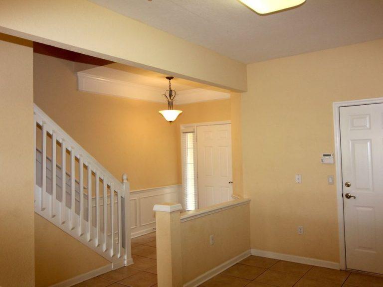 Entrée avec escalier et placards