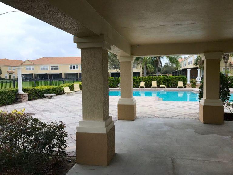 voici la piscine d'une résidence de condo en Floride