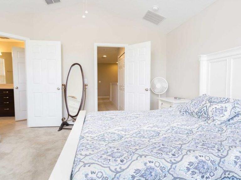 chambre parentale avec salle de bain et placards