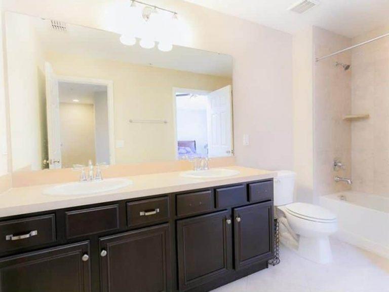 salle de bain des invités avec deux vasques