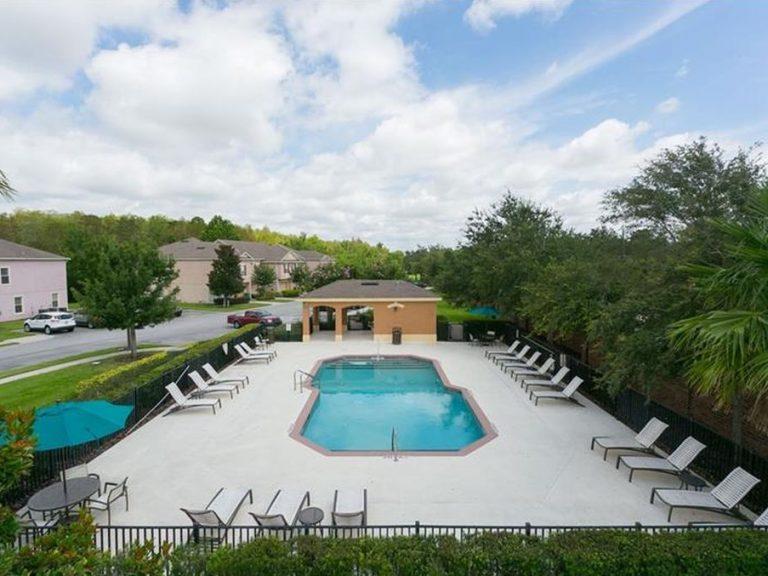 Voici la psicine d'une résidence d'appartements à vendre à Lake Mary à Orlando en FLoride