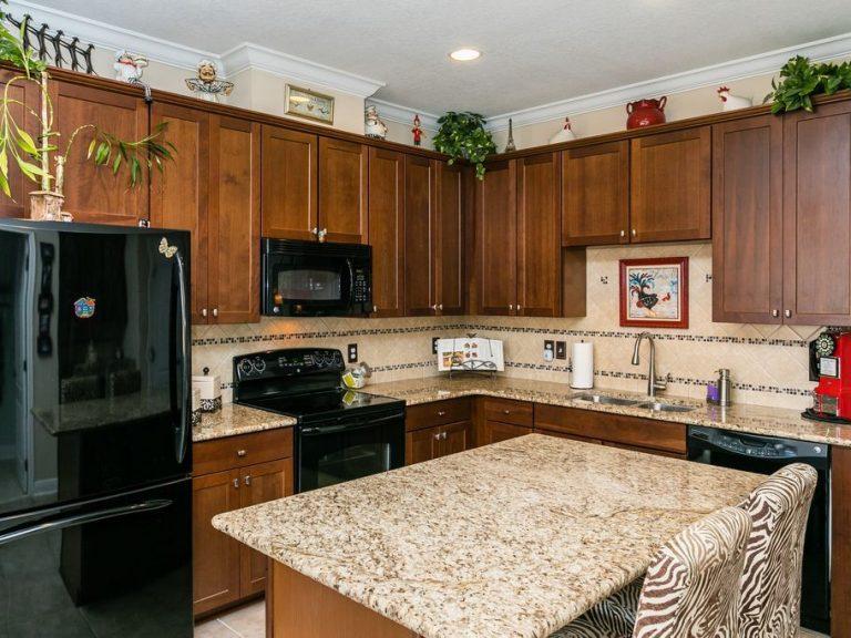 belle cuisine équipée avec marbre et bois