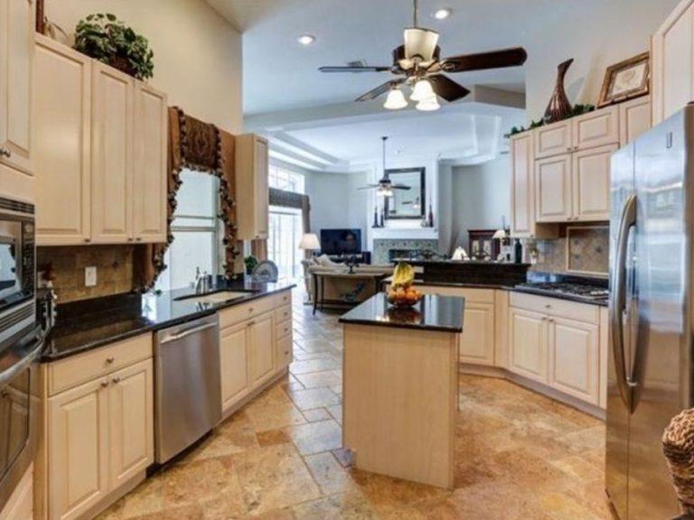 cuisine entièrement équipée avec marbre et double frigo