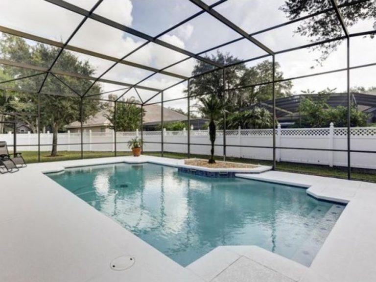 piscine privée avec un screen protecteur et sans vis à vis