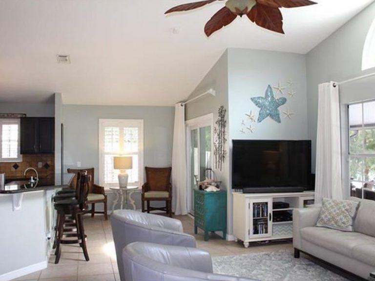 salon décoré avec le thème de maison de plage