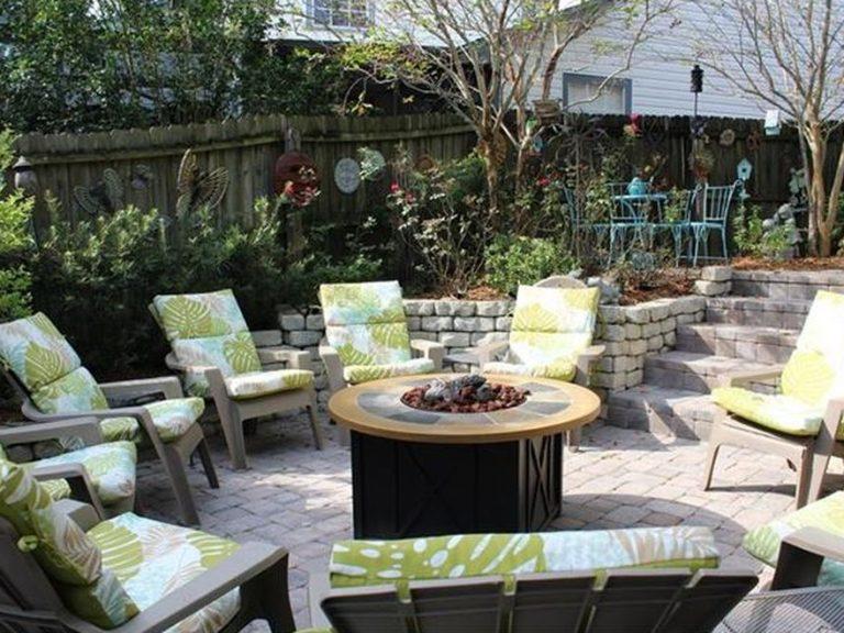 salon extérieur avec des bains de soleil