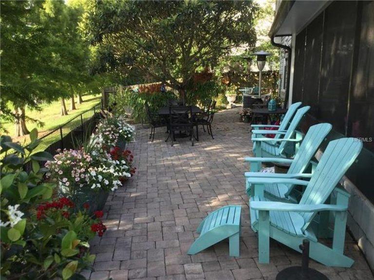 extérieur fleuris avec chaises pour un moment détente