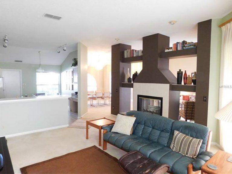 salon avec une cheminée moderne