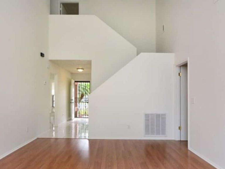 salon moderne avec escaliers