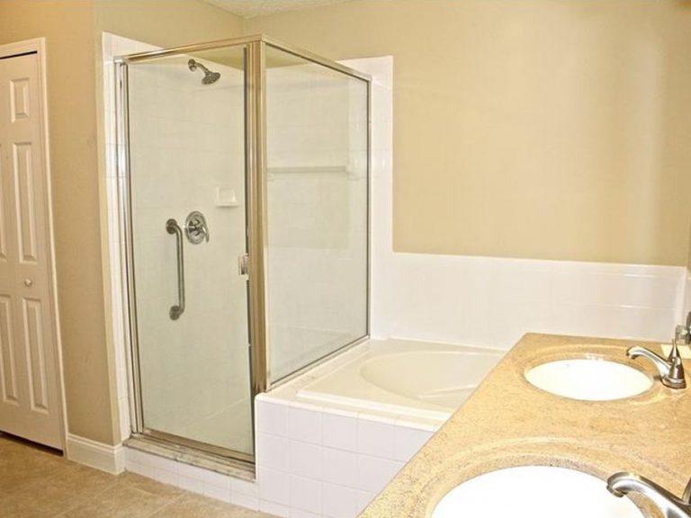 Une cabine de douche et une baignoire dans cette salle de bain