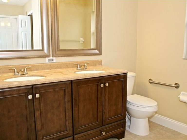 salle de bain rustique avec deux vasques