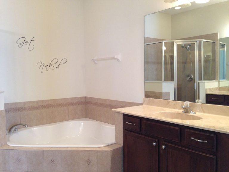 Salle de bain avec baignoire spa