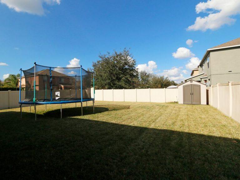 jardin privé de la villa clôturé