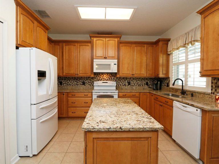 cuisine équipée avec marbre et bois