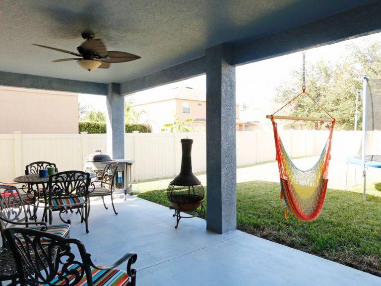 coin déjeuner d'extérieur sur une terrasse couverte