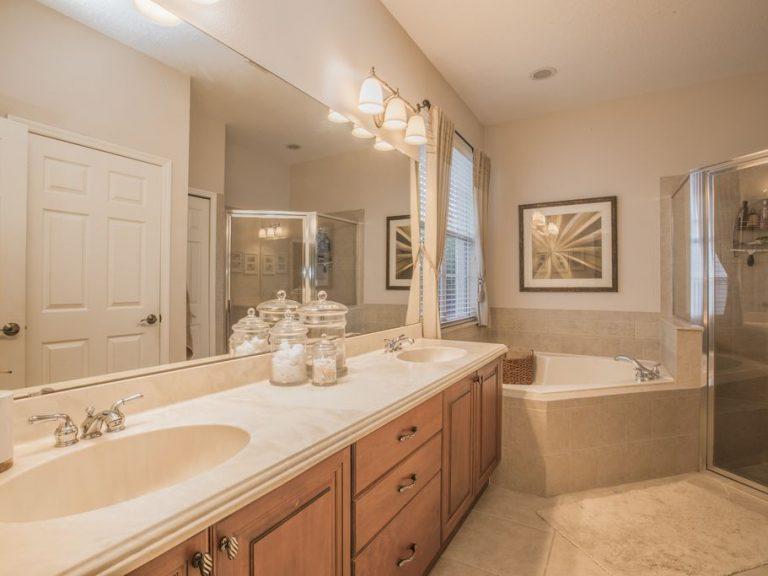 salle de bain principale avec deux vasques