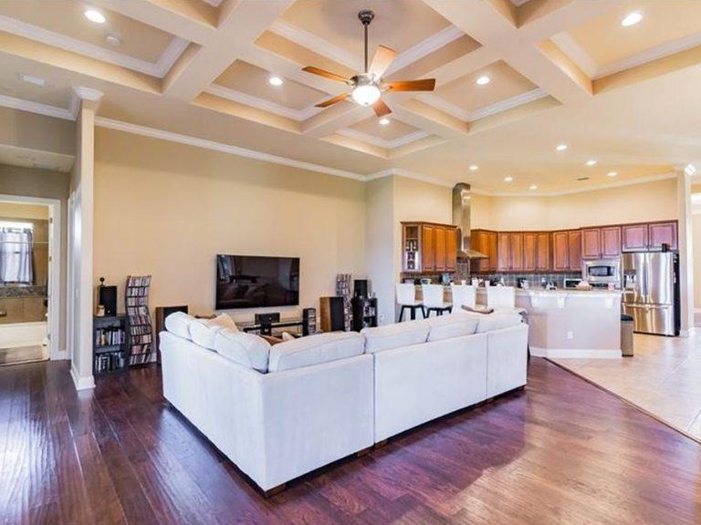 grand salon avec parquet au sol