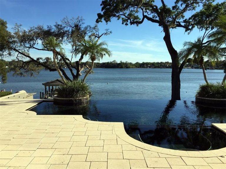 Terrasse d'une villa donnant sur un lac en Floride