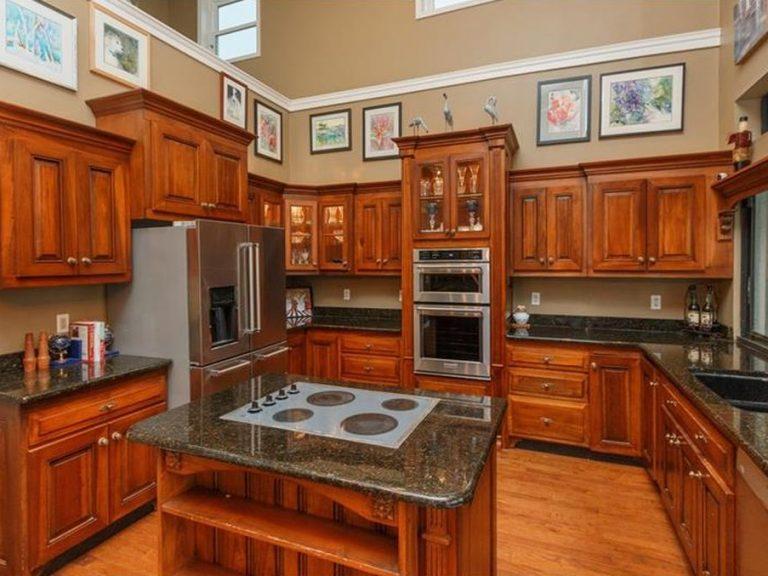 grande cuisine équipée rustique avec du bois et du marbre