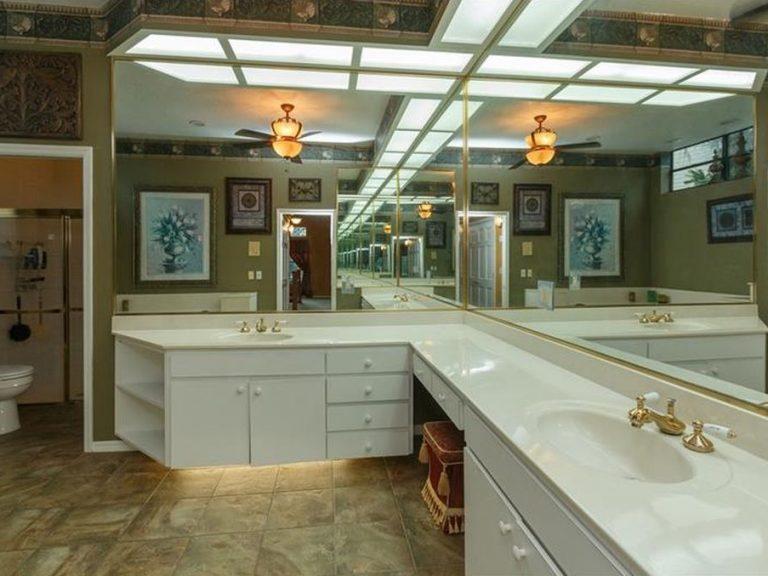 grande salle de bain avec mirroirs