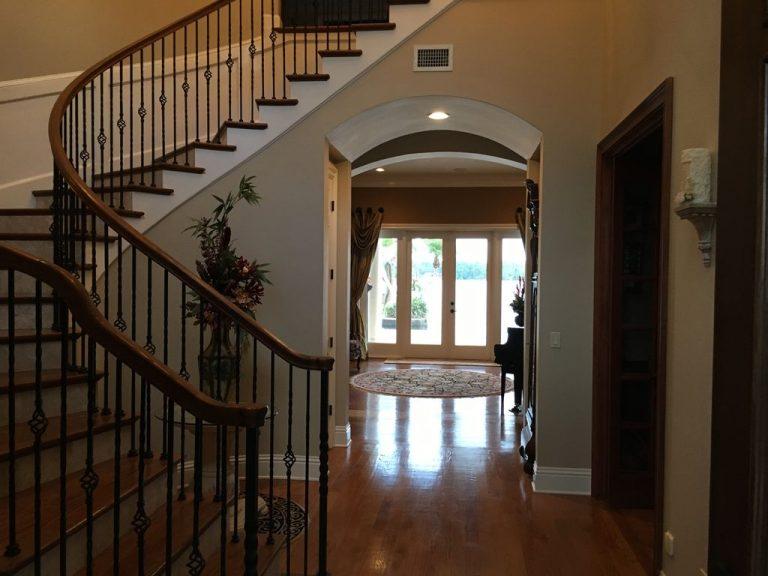 Escaliers menant aux étages supérieurs