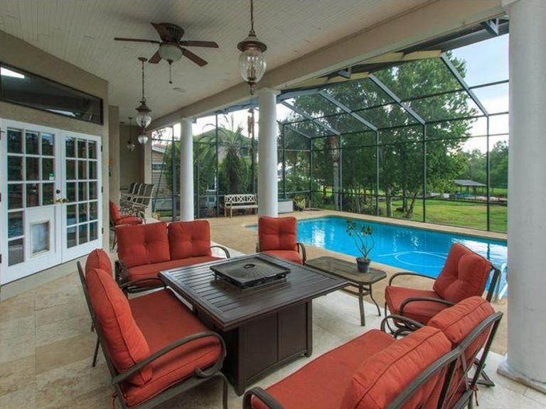 Salon d'exterieur donnant sur une piscine privée